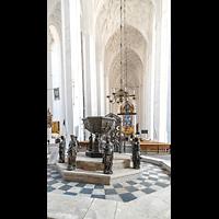 Gdansk (Danzig), Bazylika Mariacka (St. Marien), Hauptschiff in Richtung Chor mit Taufbecken aus Bronze im Eingangsbereich