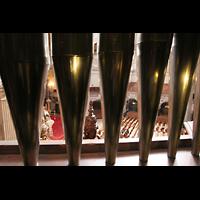 Berlin (Mitte), Dom, Tauf- und Traukapelle, Blick durch die Pedal-Prospektpfeifen in den Dom