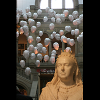 Glasgow, Kelvingrove Museum, Concert Hall, Schwebende Köpfe über der Queen Victoria