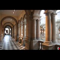 Glasgow, Kelvingrove Museum, Concert Hall, Säulengang in der Art Gallery