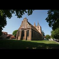 Gransee, Ev. Stadtkirche St. Marien, Außenansicht mit Klosterplatz
