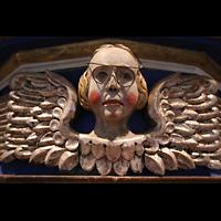 Basedow, Dorfkirche, Figur am Oberwerk mit nicht originalem ;-) Brillengestell