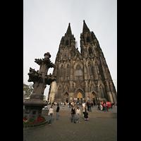Köln, Dom St.Peter und Maria (Truhenorgel), Front mit Modell der Turmspitze im Vordergrund