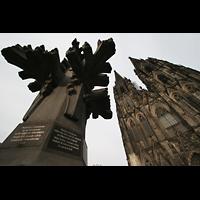 Köln, Dom St.Peter und Maria (Truhenorgel), Modell der Turmspitze mit Türmen im Hintergrund