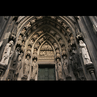 Köln, Dom St.Peter und Maria (Truhenorgel), Tympanon über einem Seitenportal