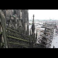 Köln, Dom St.Peter und Maria (Truhenorgel), Blick aus dem Aufzug zur Langhausorgel auf das Strebewerk am Langhaus
