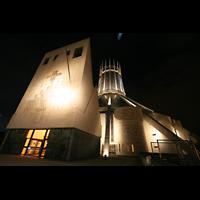 Liverpool, Metropolitan Cathedral of Christ the King, Fassade mit Glockenturm bei Nacht