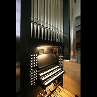 Chur, Kathedrale St. Mariae Himmelfahrt (Chororgel), Spieltisch mit Pfeifen des Hauptwerks