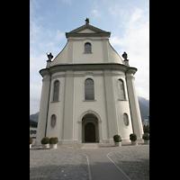 Näfels, St. Hilarius, Fassade mit Hauptportal