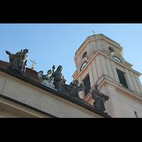 Berlin - Pankow, Hoffnungskirche, Figurengruppe am Dach mit Turm