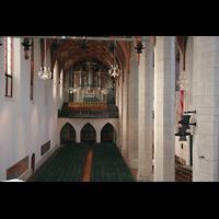 Halle (Saale), Konzerthalle (ehem. Ulrichskirche), Blick über das Rückpositiv der Hauptorgel zur Emporenorgel