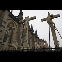 Xanten, Dom St. Viktor, Seitenansicht mit Kreuzigungsgruppe