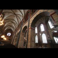 Bremen, Dom St. Petri (Klop-Orgel), Blick ins Hauptschiff: Hinten die große Orgel, rechts die Bachorgel