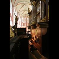 Norden, St. Ludgeri, Orgel mit Spieltisch und Blick in den Chor