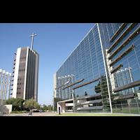 Garden Grove (CA), Christ Cathedral (''Crystal Cathedral''), Glasfassade mit Glockenturm