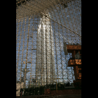 Garden Grove (CA), Christ Cathedral (''Crystal Cathedral''), Turm durch die Glasfassade gesehen