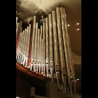 Berlin (Tiergarten), Philharmonie, Prinzipal 32' mit Orgelbauer oben zum Größenvergleich