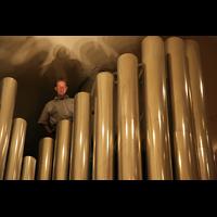 Berlin (Tiergarten), Philharmonie, Ein Mitarbeiter von Schuke Berlin an den Pfeifen des 32'-Prinzipal