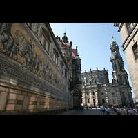 Dresden, Kathedrale Ss. Trinitatis (ehem. Hofkirche), Wandbild 'Fürstenzug' in der Augustusstraße mit Blick auf die Kathedrale