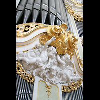 Dresden, Kathedrale Ss. Trinitatis (ehem. Hofkirche), Schmuck unter dem Hauptwerk