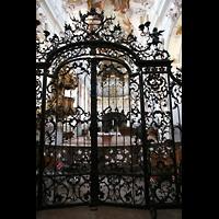 Amorbach, Abteikirche (Fürstliche Kirche), Gitter im Eingangsbereich mit Blick zur Orgel