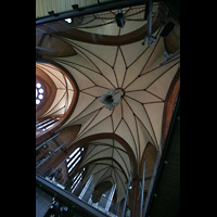 Berlin (Kreuzberg), Heilig-Kreuz-Kirche (Kirche zum Heiligen Kreuz), Blick in die Kuppel mit hochgezogenem Akustiksegel