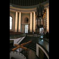 Berlin (Mitte), St. Hedwigs-Kathedrale, Orgel und Kreuz-Installation über der Krypta
