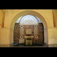 Potsdam, Friedenskirche am Park Sanssouci, Brunnen neben dem Eingang