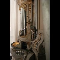 Rostock, St. Marien (Turmorgel), Blick durch die Pedalpfeifen rechts auf die linke Seite der Orgel mit Spieltisch