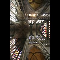 Metz, Cathédrale Saint-Étienne (Langschifforgel), Blick ins Gewölbe der Vierung mit bunten Glasfenstern