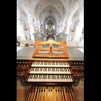 Polling, Stiftskirche St. Salvator und Heilig-Kreuz (Chororgel), Blick über den Spieltisch in die Kirche