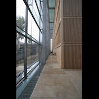 München, Herz-Jesu-Kirche, Blick in den Seitenumgang und durch die Glasfassade