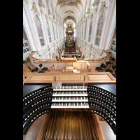 München, Alt St. Peter (Hauptorgel), Spieltisch mit Blick ins Hauptschiff