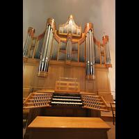 München, St. Franziskus, Spieltisch und Orgel