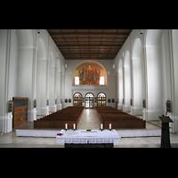 München, St. Franziskus, Innenraum / Hauptschiff in Richtung Orgel