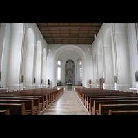 München, St. Franziskus, Innenraum / Hauptschiff in Richtung Chor