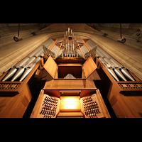 Linz, Maria-Empfängnis-Dom (Hauptorgel), Große Orgel - Spieltisch und Blick nach oben