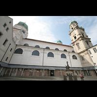 Passau, Dom St. Stephan, Domhof mit Blick aufs Seitenschiff, Kuppel und Türmen