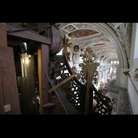 Passau, Dom St. Stephan, Blick über einen Pedalturm in die Kirche