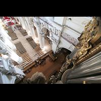 Passau, Dom St. Stephan, Blick vom Orgeldach entlang des Bombardewerks auf die Empore und in den Dom