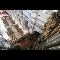 Passau, Dom St. Stephan, Blick vom Dach der Orgel auf die Empore und in den Dom