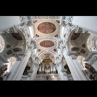 Passau, Dom St. Stephan, Orgelempore und Blick ins Gewölbe