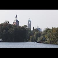 Berlin (Spandau), St. Nikolai, Blick von der Havel auf Spandau, links der Turm der Nikolaikirche