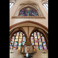 Szczecin (Stettin), Katedra sw. Jakuba (Jakobskathedrale), Bunte Glasfenster im Chorumgang hinter dem Altar