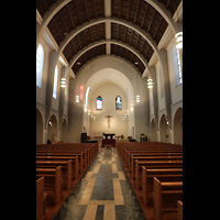 Stuttgart, St. Fidelis, Innenraum in Richtung Chor