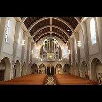 Stuttgart, St. Fidelis, Innenraum in Richtung Orgel (mit Beleuchtung - Deckenfluter)