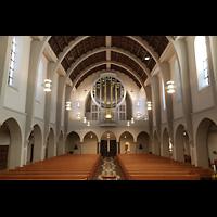 Stuttgart, St. Fidelis, Innenraum in Richtung Orgel (mit Beleuchtung - Seitenfluter)