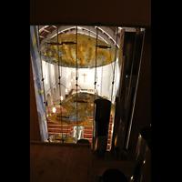 Stuttgart, St. Fidelis, Blick durch die Prospektpfeifen und -beleuchtung in die Kirche