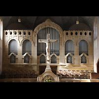 Stuttgart, Markuskirche, Orgel mit Kruzufix im Vordergrund