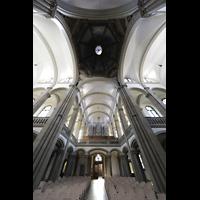 Stuttgart, Matthäuskirche, Vierung mit Blick in die Kuppel und zur Orgel